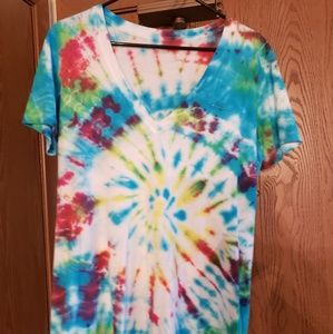 Spiral tye-dye v-neck tee with pocket